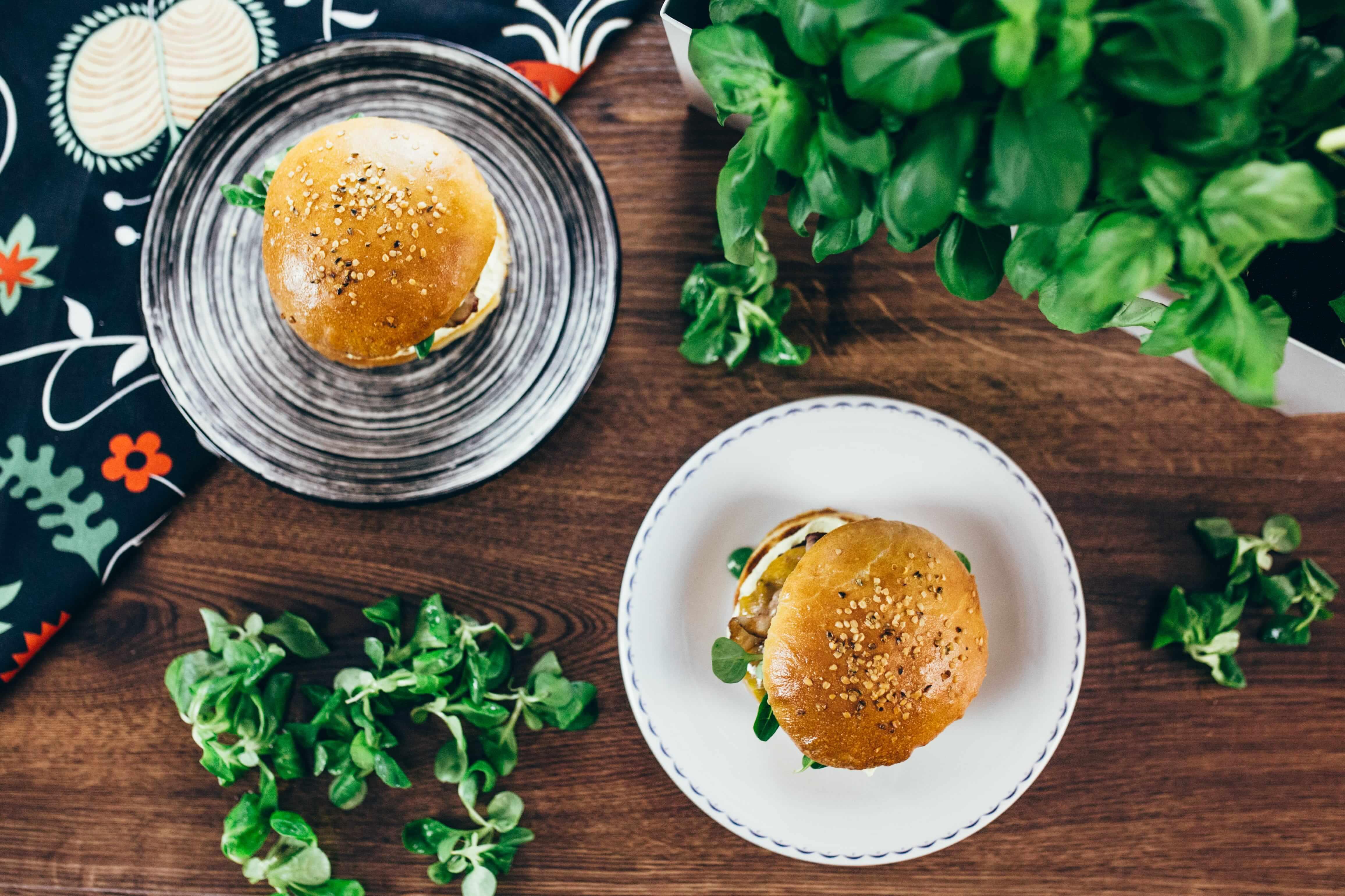 Burger s čerstvou bazalkou